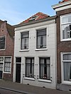 foto van Eenvoudige, gepleisterde lijstgevel voor huis van parterre en verdieping met schilddak