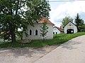 Radešín (Petrovice), kaplička a zbrojnice.jpg