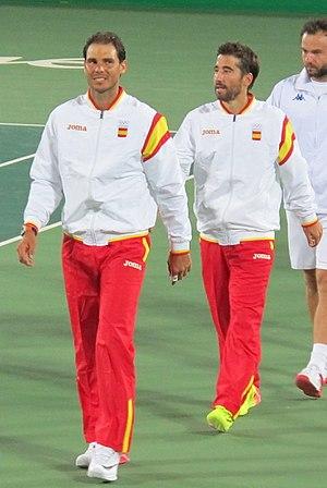 Nadal e Lopez caminham para receber as medalhas de ouro na dupla masculina  dos Jogos Olímpicos de Verão de 2016 6502ed02d6697