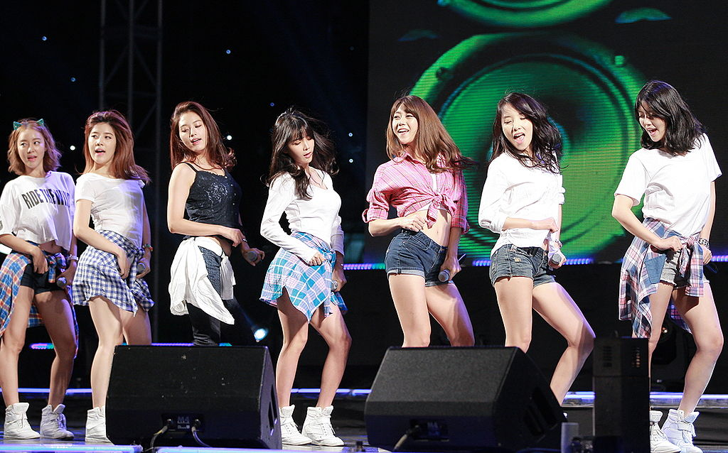 Rainbow (South Korean band) in 2013.jpg