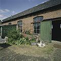 Rechterzijgevel van werkplaats met roldeuren en stalen ramen - Sappemeer - 20388298 - RCE.jpg