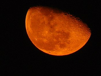 English: When Moon seen very close to the hori...