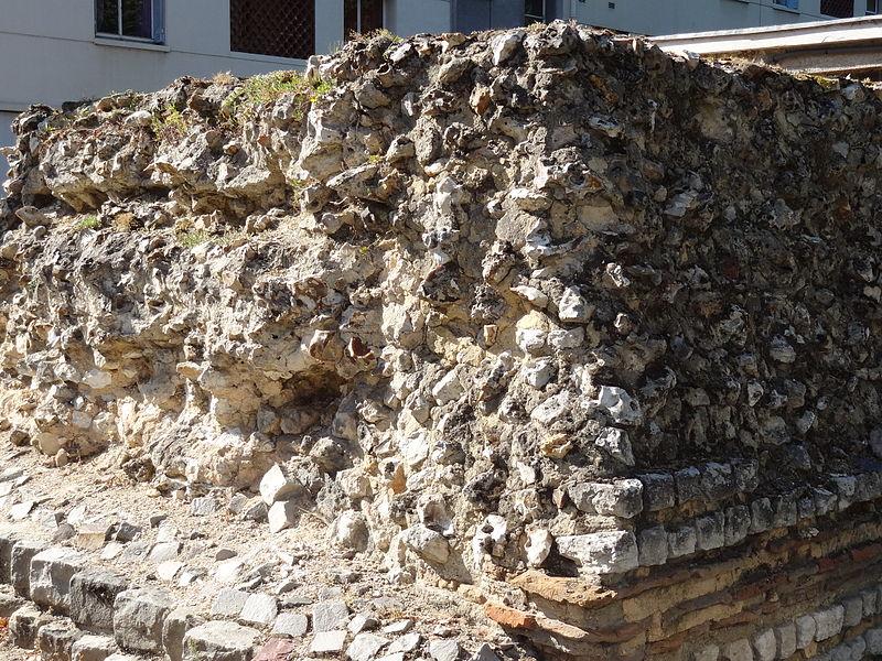 Restes du rempart gallo-romain d'Évreux, à l'angle de l'allée des soupires et de la rue Charles Corbeau.