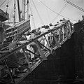 Repatrianten schepen zich in op het SS Boschfontein in de haven van Tandjong Pri, Bestanddeelnr 255-8278.jpg