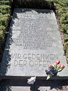 Das Kinderlager Rühen (damals offiziell Ausländerkinder-Pflegestätte Rühen) 220px-Ruehen_Friedhof_Kindergrab_Gedenkplatte