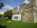Ruinas de muralhas com um grafiti ..jpg