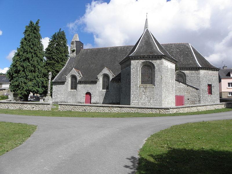 Église Saint-Caradec de Saint-Caradec-Trégomel (56). Vue méridionale. A l'extrême gauche: baie de l'ancien ossuaire réemployée en ballustrade. A gauche: croix de cimetière.