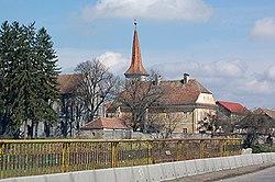Biserica fortificată și clădirea cu două nivele, datând din anii 1776 - 1777, văzute de pe podul șoselei DN1, care traversează râul Șinca, la intrarea în Șercaia