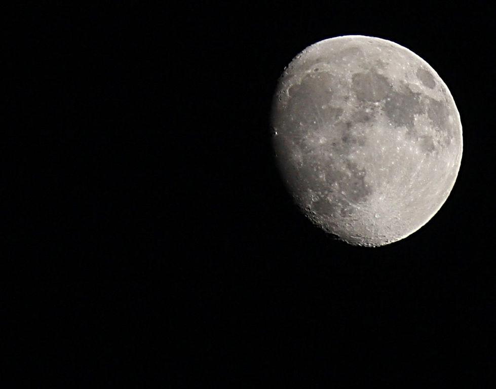 Original file 1 060 832 pixels file size 57 kb - Moon close up ...