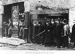 Winston Churchill observando los disturbios del 11 de enero de 1911 en Sidney Street entre un grupo de anarquistas y la policía.