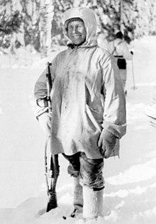 Simo Häyhä během Talvisoty, krátce poté, co obdržel novou pušku model 28-30, vyrobenou firmou SAKO přímo pro něj.
