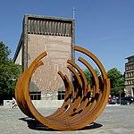 Stahlskulptur von Bernar Venet vor Liebfrauenkirche Duisburg.jpg