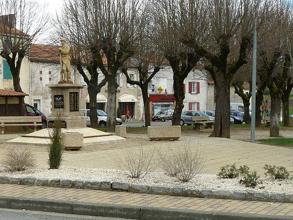 La place du marché, au centre du bourg.