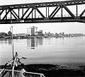 Türr István híd, a háttérben a kikötő épületei a Dunáról nézve. Fortepan 6035.jpg