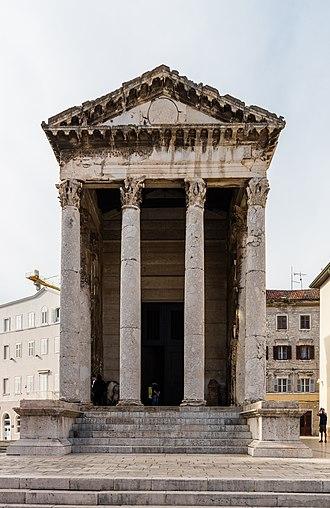 Temple of Augustus, Pula - Image: Templo de Augusto, Pula, Croacia, 2017 04 16, DD 51