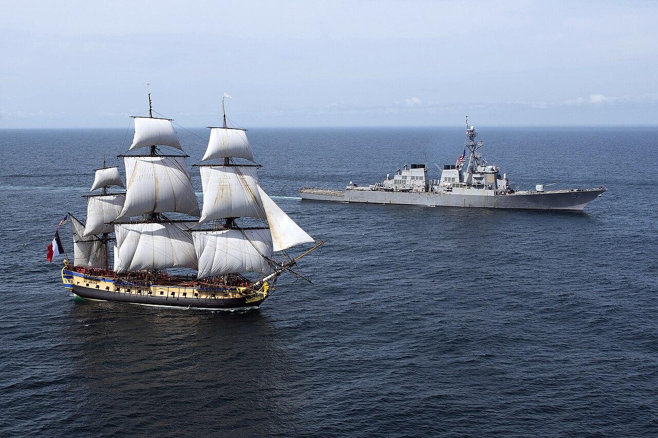 L'Hermione, escortée par l'USS Mitscher.  (définition réelle 3308×2202)