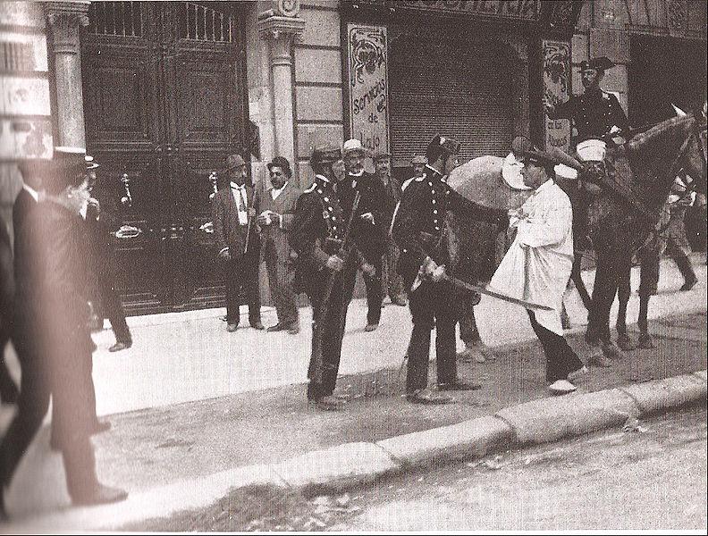 Guardias civiles y arrestados durante la Semana Trágica.