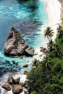 Pantai tropis sebagai salah satu lokasi wisata di Nusa Penida, Bali