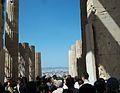 Turistes pels Propileus de l'Acròpoli d'Atenes.JPG