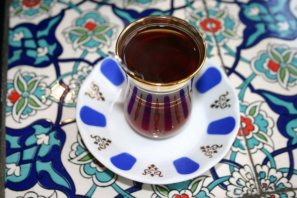 Le thé turc est servi dans des verres en forme de tulipes.