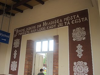 Moravian dialects - A mural at Uherské Hradiště railway station with two lines of poetry written in an Eastern Moravian dialect