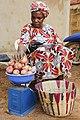 Une femme pesant les oignons.jpg