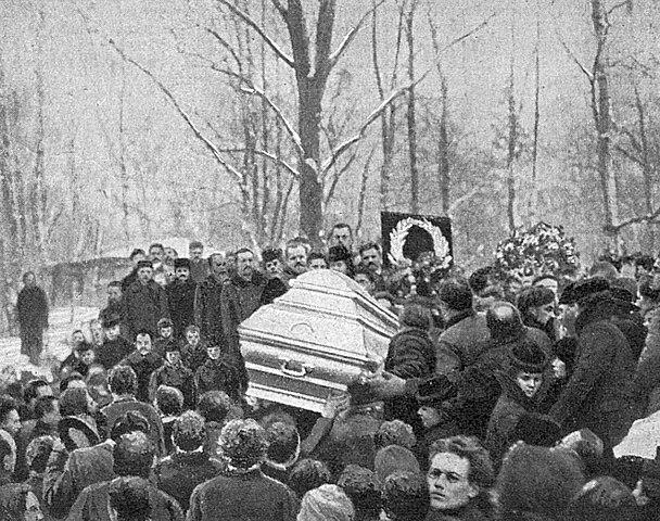 Похороны Глеба Успенского. Момент опускания гроба в могилу