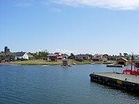 Utön kylän rannan itäpuolta, vasemmassa laidassa puolustusvoimien merivalvonta-asema.jpg