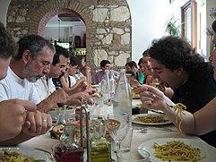La pasta, nelle sue infinite varianti, è uno dei cardini della cucina italiana e dei riti conviviali ad essa legati