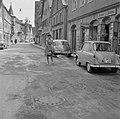 Vrouw besproeit een straat met een gieter, Bestanddeelnr 254-3942.jpg