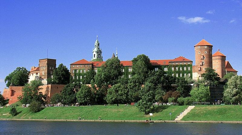Chateau de Wawel à Cracovie, vue de l'autre côté du fleuve. Photo de Sharx.