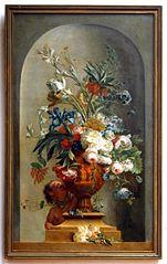 Putti spelend met bloemen bij een tuinornament