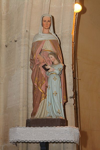 Une statue de la vierge Marie.