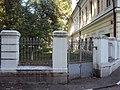 Ограда парадного въезда с калиткой Милютинский пер 03.JPG