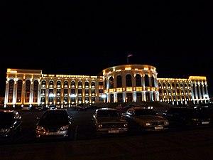 Գյումրիի քաղաքպետարանի շենքը գիշերով 02