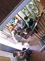 """מוזיאון המושבה ע""""ש ערן שמיר, מזכרת בתיה, מבקרים בין הקומות.jpg"""