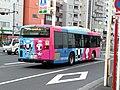 ミライトワとソメイティのラッピングがされた都営バス.jpg