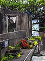 被花佔據的舊屋 vacant niche for flowers - panoramio.jpg