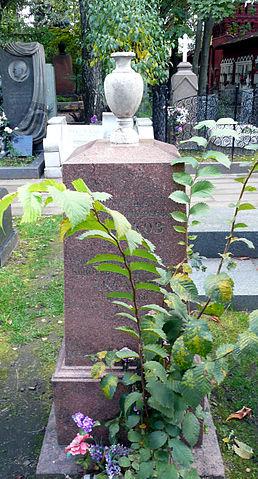 Могила С.Т.Аксакова и его сына Константина соседствует на Новодевичьем кладбище с могилой Гоголя. Прах писателя был перенесён в советское время из разорённого Симонова монастыря.