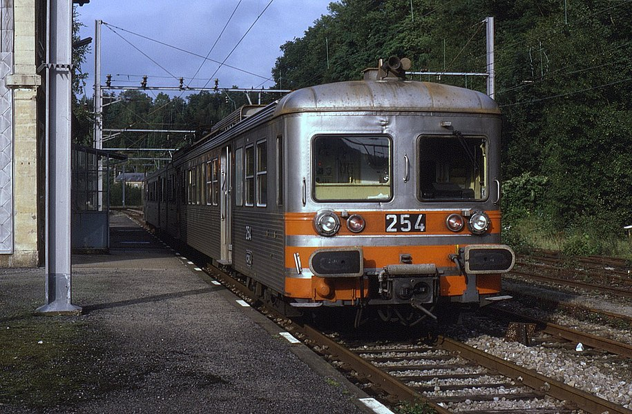 Formerly SNCF owned Z6000 class EMUs, these 2-car class 250 sets were utilised on the various branches in Luxembourg. On 11 September 1987, set number 254 is seen at Rumelange-Ottange on the 17:49 departure to Noertzange.