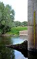 1999 erbaute Neue Fahrt,Trogbrücke Mittellandkanal über die Leine, 05d05h, Blick auf die Wasserpegellatte (Höhe über Normalnull) am Brückenpfeiler flussabwärts.jpg