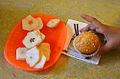 2015-07-03 Grundschule Goetheplatz, Hannover, Schulfest mit Kinderliedermacher Unmada (52) Muffins und Birne Helene.JPG