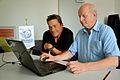 2015-08-07 Filmproduzent Dirk Rohde gemeinsam mit Claus-Peter Enders am Rechner im Wikipedia-Büro Hannover.jpg
