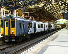 Een Class 317 van National Express East Anglia in het station Station London Liverpool Street