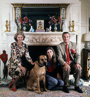 Henry Thynne, 6th Marquess of Bath - Henry Thynne, Marquess of Bath, with his wife Virginia, daughter Lady Silvy (1973) and Leo the dog