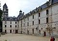 Abbaye Saint-Pierre de Brantôme Cour intérieure.jpg