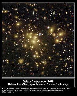 Efecto de las lentes gravitacionales fuertes observado por el Telescopio espacial Hubble en Abell 1689 que indica la presencia de materia oscura. Agrandar la imagen para ver los arcos producidos por las lentes gravitacionales. Créditos: NASA/ESA