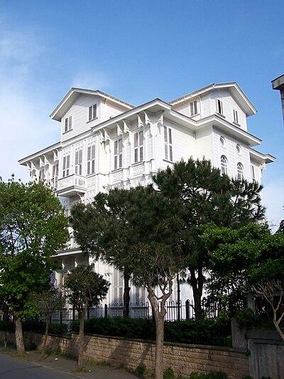 Adalara özgü mimarisiyle bir ahşap köşk, Büyükada