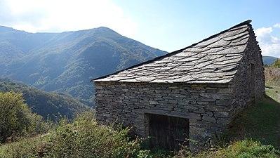 Ancares – Courel Casa de Piedra cerca de Moreda.jpg