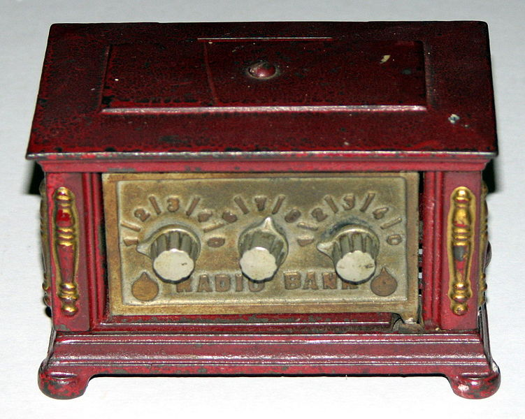 File:Antique Kenton Toys (Kenton Ohio) Cast Iron Radio Bank with Combination Lock (8495308881).jpg